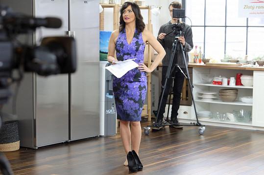 Dostala roli moderátorky v seriálu.