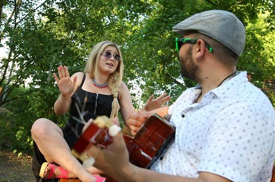 Pro návštěvníky bylo připraveno nejen grilování, ale u ohně si kromě tradičních špekáčků mohli vychutnat akustické vystoupení zpěvačky Elis a písničkářky Mirky Miškechové.