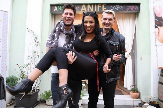 Anife Vyskočilová před svou kavárnou, kde pořádala předvánoční večírek.