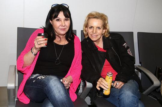 Dáda s Hankou Krampolovou na letišti před odletem do Tuniska
