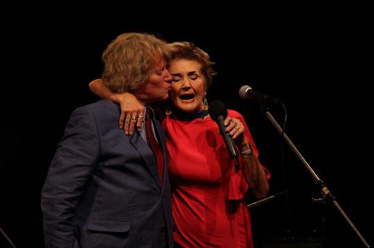 Se svou profesorkou zpěvu, k níž chodil od sedmnácti let