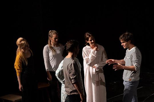 Starce na chmelu ve Studiu DVA režíruje Adam Kraus (vpravo).