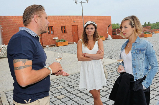 Výborně se bavila s novou tváří zpravodajství Eliškou Čeřovskou a vinařem Martinem.