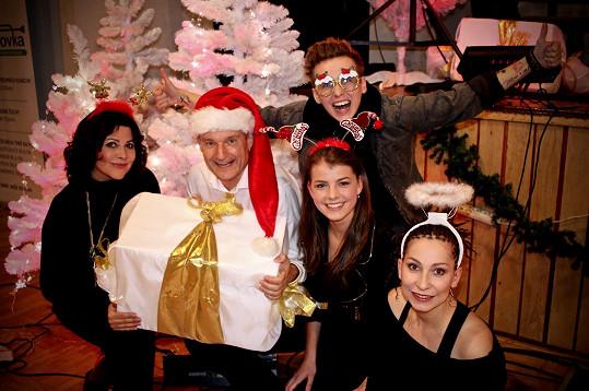 Je jedním z hostů vánočního turné Vladimíra Hrona po českých městech. Ještě zbývají koncerty ve Zlíně, Praze a Plzni.