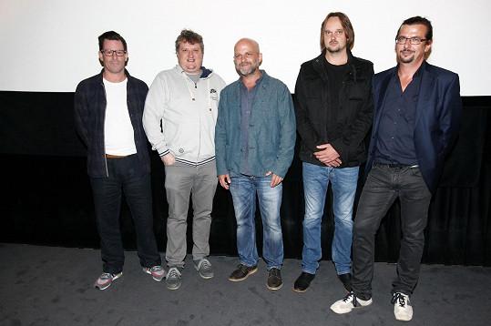 Hynek Čermák s tvůrci a protagonisty seriálu Rapl, kde účinkuje.