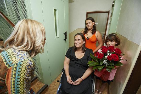 Jana, která je upoutaná na vozíček a bojuje s finanční nouzí vychovává dvě dcerky.