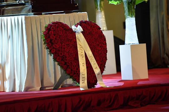 Nechyběl dojemný vzkaz plný lásky od Ivany Gottové na obrovském srdci z růží.
