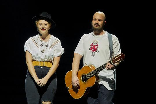 """Anička Slováčková a Martin Schreiner zazpívali ve Tváři Aniččin duet """"I když jsme plešatý""""."""