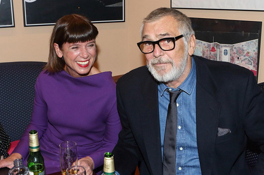 Jiří Bartoška s manželkou v krásných fialových šatech