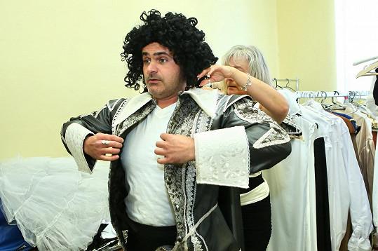 Mirek Šimůnek při zkoušce kostýmu ve Strašnickém divadle