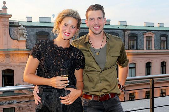 Peter Pecha se objevil se svou snoubenkou Kateřinou Sedlákovou na otvíračce pražského klubu.