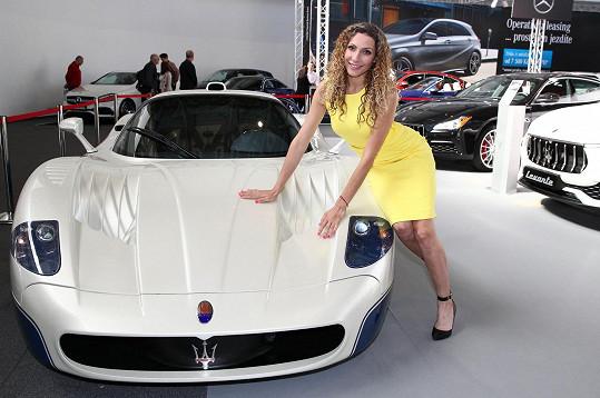 Olga na automobilovém veletrhu