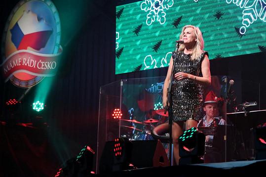 Leona Machálková zazpívala píseň Ewy Farne Vánoce na míru.