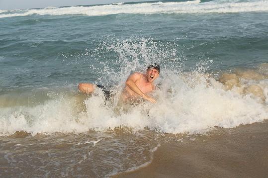 Ve vlnách řádí jak malé dítě.