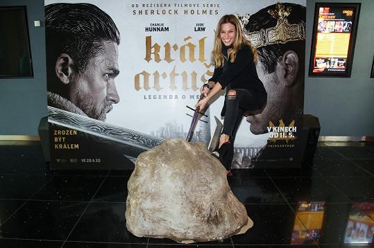 Moderátorka na premiéře snímku Král Artuš: Legenda o meči