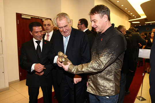 Renč vítá prezidenta Zemana a ukazuje mu plyšového maskota filmu.
