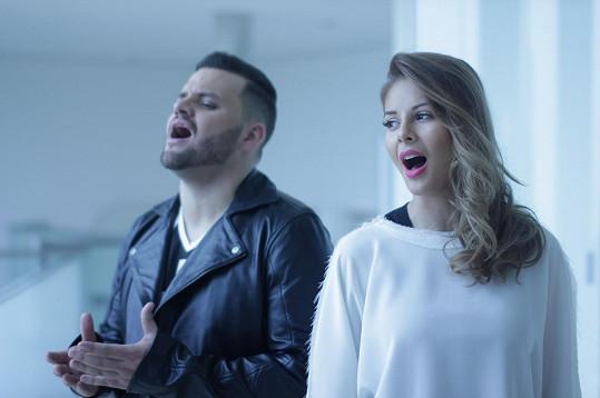 K natáčení klipu došlo v době, kdy se zpěvačka na krátko vrátila z Ameriky.