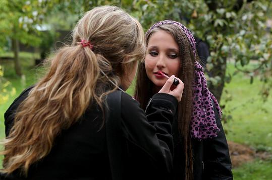 Natálie Grossová v péči maskérky