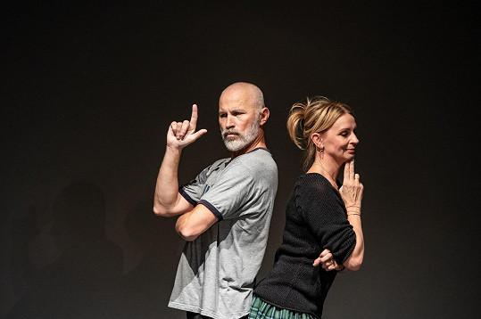 Ústřední role, tedy Bonda a Medeu, hrají Petr Fejk a Ivana Chýlková.