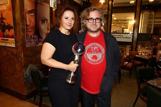 Zuzana s trofejí z karlovarského festivalu a Janem Hřebejkem