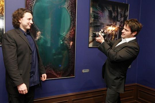 Na akci dostal moderátor rychlokurz fotografování od vystavovaného umělce Jiřího Machta.