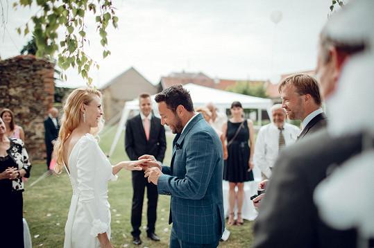 Michal si vzal svou přítelkyni Karolínu.