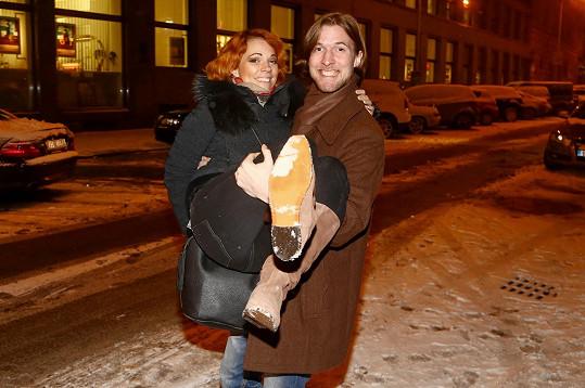Míša vyrazila do zasněžené Prahy v botách s hladkou podrážkou.