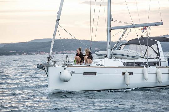 Romantika během západu slunce na jachtě