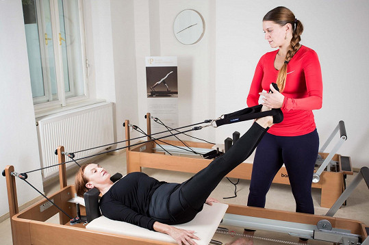 Eva začala cvičit na speciálních lavicích, tzv. reformerech.