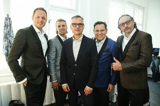 Seskupení vytvořil manažer Janis Sidosvký (uprostřed).