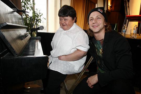 Klus si na křtu zazpíval s nevidomou klavíristkou a zpěvačkou Petrou Ševčíkovou.