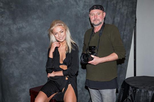 V prádle a župánku Kristýna Kubíčková pózovala před fotografem Jakubem Ludvíkem, který chystá novou knihu se svými fotografiemi.