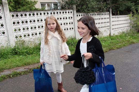 Charlottka vyprovodila do první třídy svou mladší sestru Nelly.