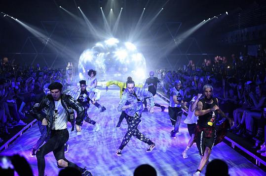 Návštěvníci přehlídky byli překvapení, když se z účastníků v první řadě vyklubali tanečníci.