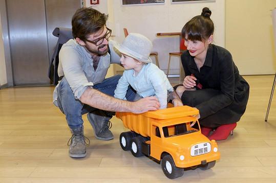 Mikuláš si hrál s náklaďákem. A ke hře přizval i své rodiče.