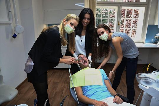 Návštěva zubaře za přítomnosti fotografa se lehce zvrtla.