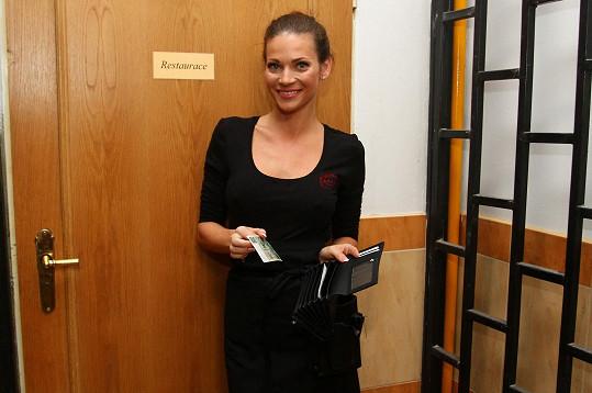 Andrea Verešová si v pořadu Překvápko! vyzkoušela profesi servírky.