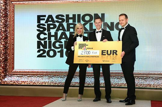 Galavečer Fashion Sparkling Charity Night se uskutečnil díky ředitelce Fashion TV a organizátorce večera Gabriele Drobové. Výtěžek putoval ve prospěch nadace Biela pastelka.