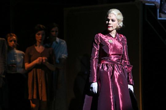 Během představení vystřídá desítku kostýmů.