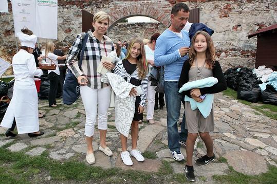 Kateřina s dcerou, její kamarádkou a tajemným mužem.