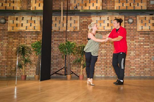 Richard se taneční kroky učí od začátku jako ostatní.