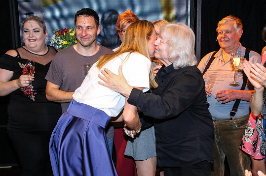 Petru Kvitovou zpěvák dokonce políbil na tvář.