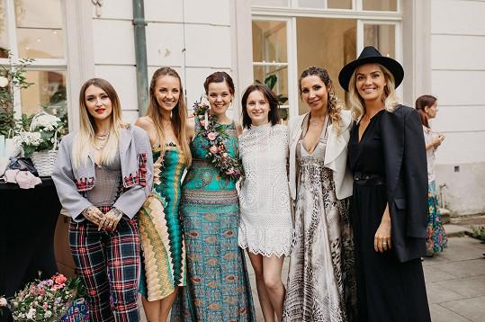 Lilia s přítelkyněmi a spolupracovicemi v dalších šatech