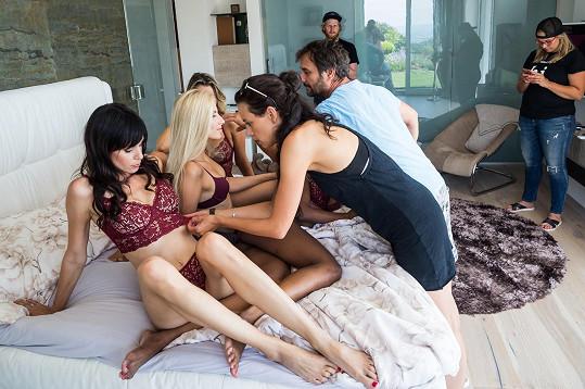 Před časem fotila pro změnu s polonahými dívkami ve své vlastní posteli.