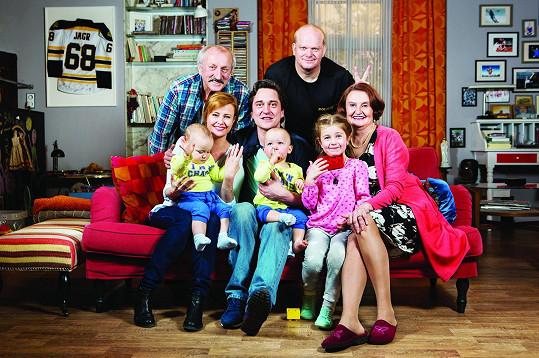 V situační komedii Rudyho má každý rád si kromě Jitky Schneiderové a Saši Rašilova zahraje Eva Holubová, Oldřich Navrátil a David Novotný.