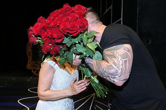 Vášnivý polibek schovali za květinami.