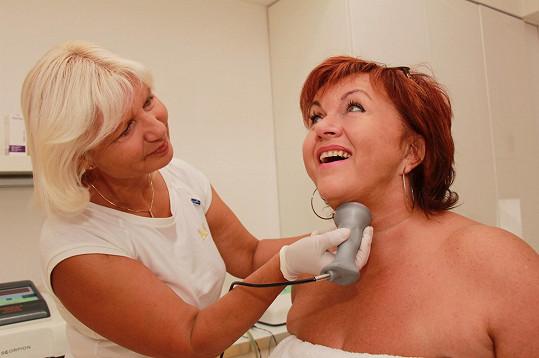 Po zhubnutí začala navštěvovat speciální procedury. Hanka zpevňuje hlavně kůži na krku a na rukou.