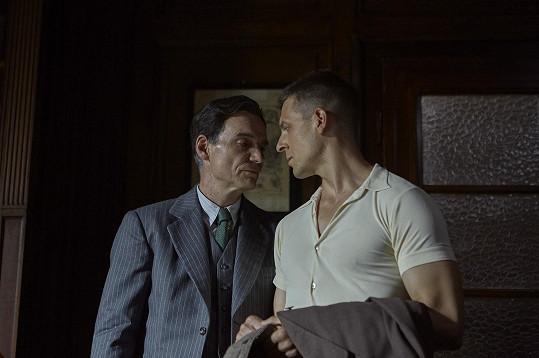 Homosexualita u skutečného Mikoláška sice nebyla nikdy prokázaná, ale režisérka s tímto tématem přece jen pracuje.