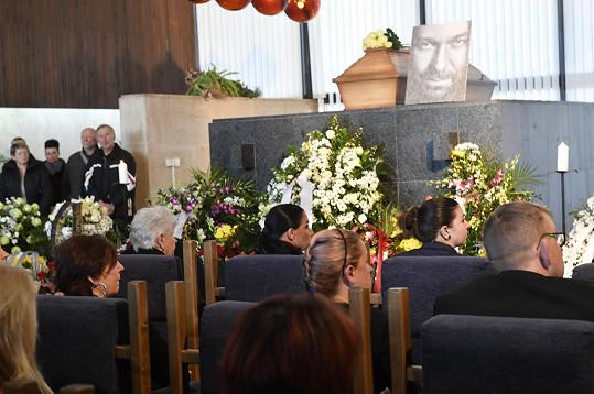 Andrea zasedla vedle Jiřího maminky. Obřadní síň krematoria je naplněná k prasknutí.
