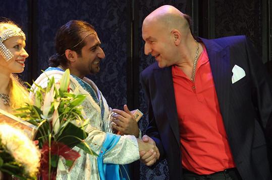 Fanánek po představení gratuluje zpěváku Alimu Amirimu.